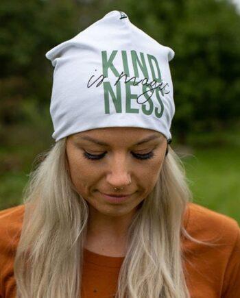 """Mössa Vit text :""""Kindness is magic"""" - Yogia"""